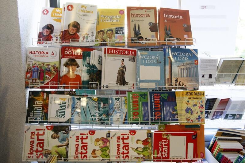 Podręczniki szkolne umieszczone na stojaku