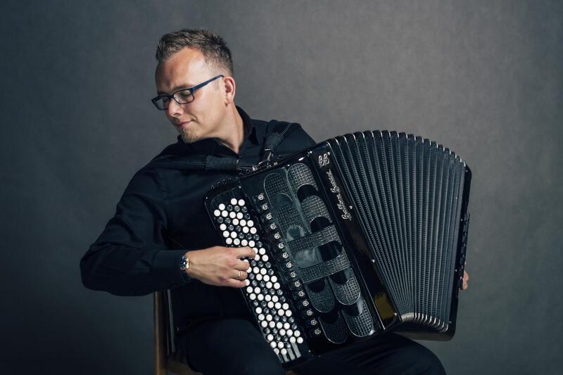 """Paweł Zagańczyk będzie gościem kolejnego koncertu Cappelli Gedanensis, w ramach cyklu """"Letnie wieczory u Menonitów""""."""