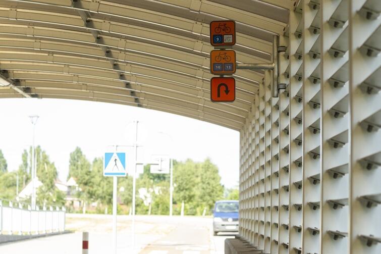 To oznakowanie drogi rowerowej w tunelu jest mało widoczne przez rowerzystów. Wkrótce pojawi się nowe, bardziej widoczne oznakowanie