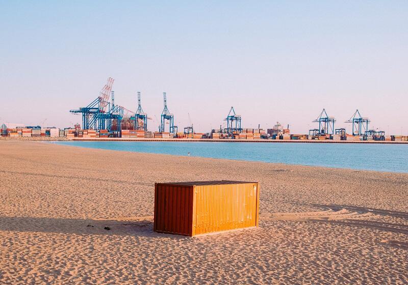 Jeden z tajemniczych kontenerów stoi na plaży na Stogach...