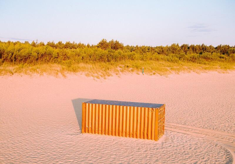 Tym razem kontenery - witacze nie mają żadnych malowideł, artystka Magdalena Pela okleiła je połyskującą folią