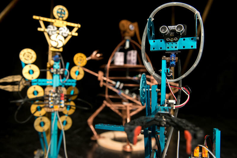 """W ramach cyklu """"Teatr w samo południe"""" Teatr Miniatura pokaże także """"Bajki robotów"""", nietypową inscenizację na podstawie prozy Stanisława Lema, w której artyści wykorzystują tradycyjne lalki oraz narzędzia cyfrowe i mechatronikę"""