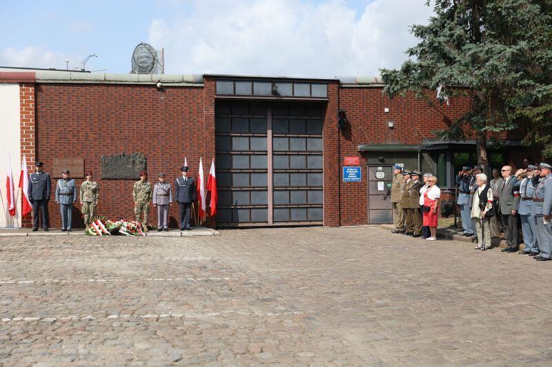 Miejsce uroczystości - brama wjazdowa do gdańskiego aresztu na ul. Kurkowej (krótki fragment od ul. 3 maja)