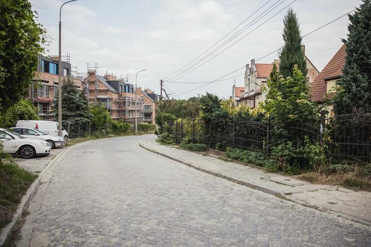 W godzinach pracy urzędów ulica Legnicka zastawiona jest zaparkowanymi samochodami