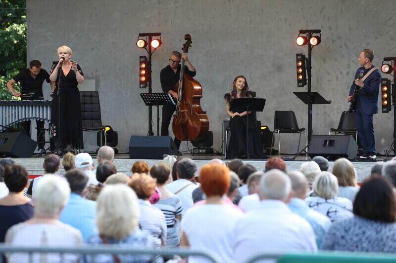Tegoroczny program Amfiteatru Orana otworzyły 4 lipca Krystyna Stańko - znana polska jazzmanka, oraz Edyta Herbuś - aktorka i tancerka. W niedzielę, 25 lipca, scenę przejmie aktor Jacek Kawalec