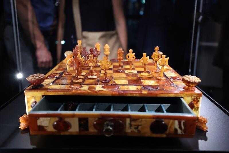 Wśród eksponatów są szachy
