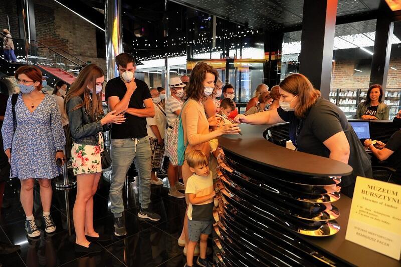 Pierwsi zwiedzający okazują bilety zakupione on-line na zwiedzanie Muzeum Bursztynu. Dzienną pulę biletów rozdzielono między internautów i zwolenników zakupu biletów tradycyjnych