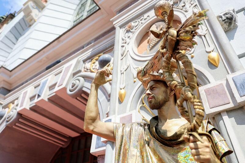 Hermes pod Dworem Artusa - w oczekiwaniu na start parad Jarmarku św. Dominika