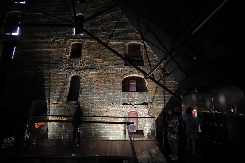 Jedyny element, który został podświetlony na całej powierzchni, to szczytowa ściana wschodnia. Gotyckie ściany to ogromny skarb Wielkiego Młyna