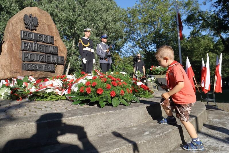 Tak obchodziliśmy w Gdańsku w zeszłym roku 76-lecie wybuchu Powstania Warszawskiego - na Targu Rakowym, przy obelisku upamiętniającym Polskie Państwo Podziemne lat 1939-1945