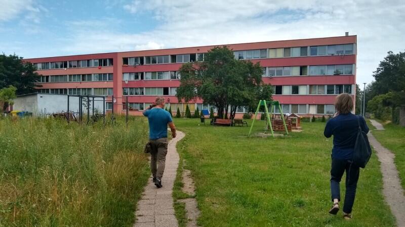 Wizyta zespołu projektowego na ul. Ubocze. Od ponad dziesięciu lat, program URBACT ma na celu wspieranie zrównoważonego oraz zintegrowanego rozwoju obszarów miejskich w miastach w całej Europie
