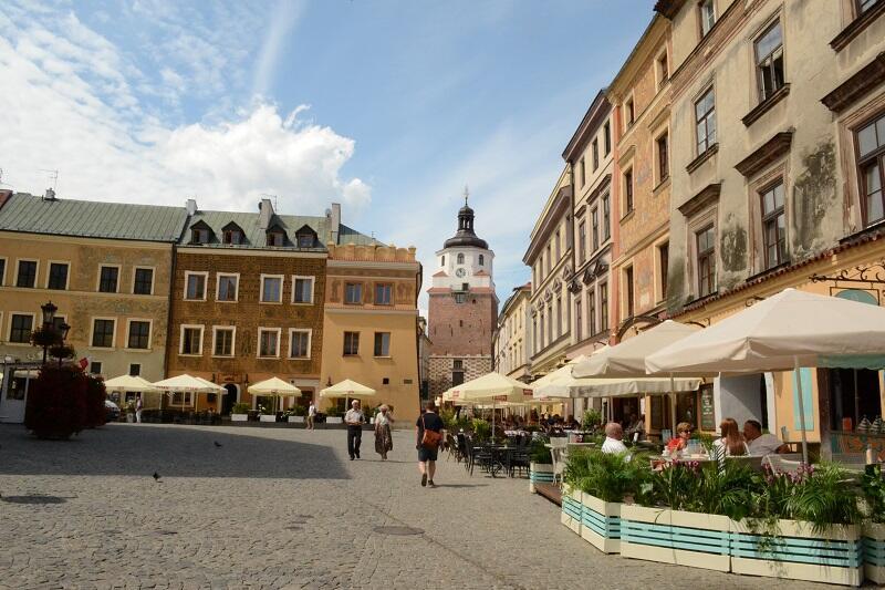 Lublin leży na wzgórzach, więc często jest nieco pod górę - rynek Starego Miasta, w prawym rogu - XIV wieczna Brama Krakowska