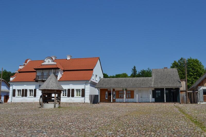 Plac ze studnią w zainscenizowanym na terenie Muzeum Wsi Lubelskiej miasteczku prowincjonalnym Europy środkowej