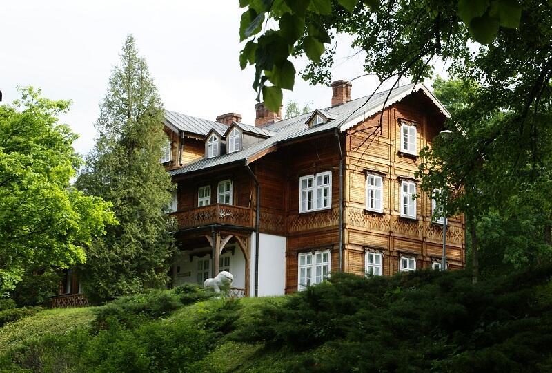 Zabytkowy Pałac Plenipotenta w Zwierzyńcu, dziś siedziba Roztoczańskiego Parku Narodowego