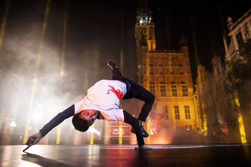 B-boy Sunni, za sceną fragment sylwetki Ratusza Głównego Miasta w Gdańsku