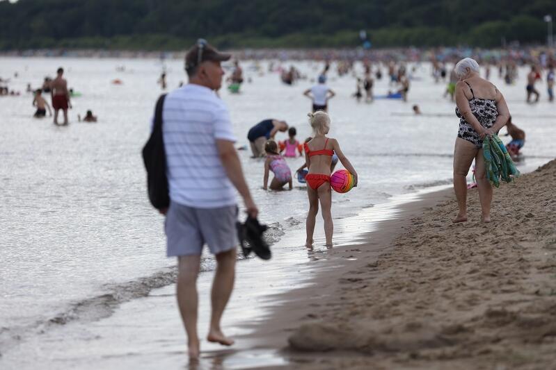 Warto zwrócić dziecku uwagę na charakterystyczne punkty w najbliższej okolicy naszej plażowej kwatery