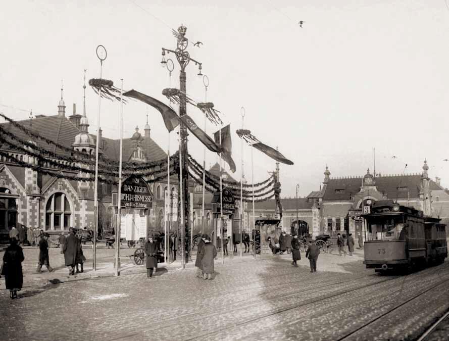 Ustawiona przed dworcem dekoracja witała uczestników targów, którzy w większości przybywali koleją; 1920