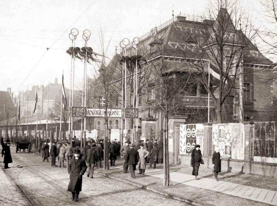 Wejście na teren targów od strony ulicy Wałowej; pokoszarowy budynek widoczny po prawej dzisiaj nie istnieje