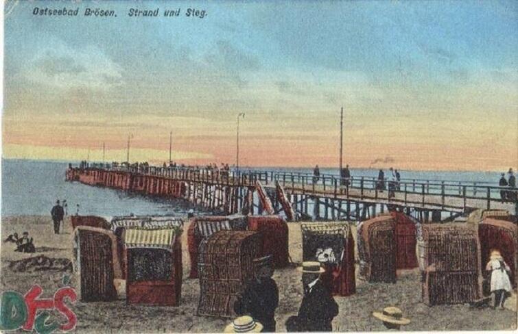 Pocztówka z kąpieliska Brzeźno, ok. 1905 roku. Wynajęcie kosza plażowego na miesiąc kosztowało wówczas 7,50 ; na tydzień 2,50. (waluta: marki). Nowe kosze wynająć można bezpłatnie