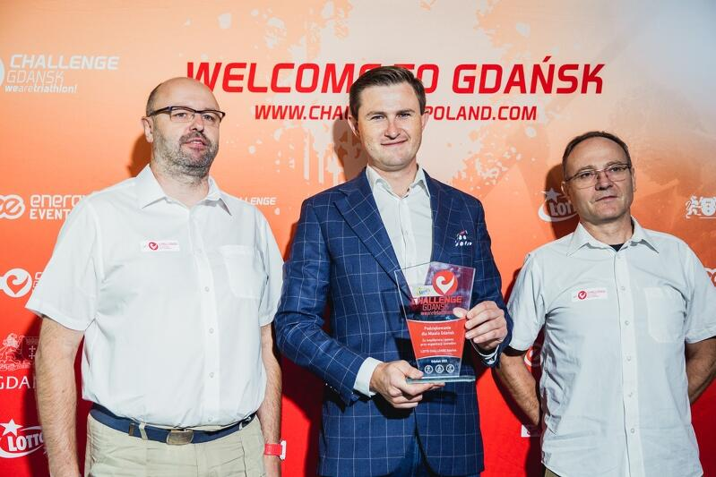 Od prawej: dyrektor Gdańskiego Ośrodka Sportu Leszek Paszkowski, zastępca prezydenta Gdańska Piotr Grzelak i Adam Greczyło, dyrektor Lotto Challenge Gdańsk. Piotr Grzelak uczestniczył w czerwcu w zawodach i je ukończył z przyzwoitym wynikiem, teraz rozpoczyna przygotowania do przyszłorocznego startu