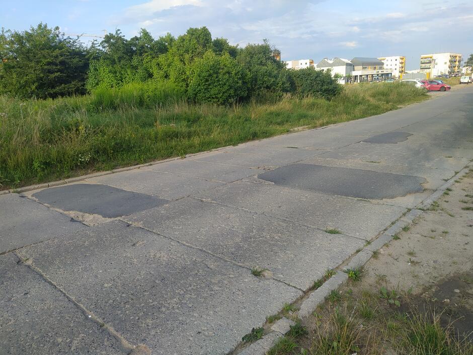 Betonowe płyty na ul. Stężyckiej są w złym stanie technicznym
