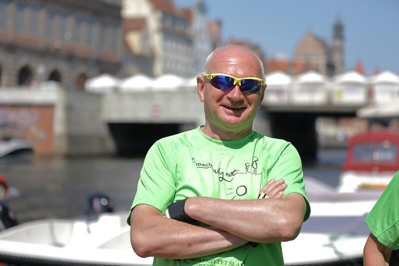 Mężczyzna w średnim wieku, w koszulce, krótko ostrzyżony, w okularach słonecznych