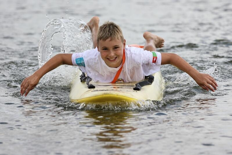 Pływanie na desce ratunkowej to nie lada sztuka, ale - jak widać, także duża przyjemność