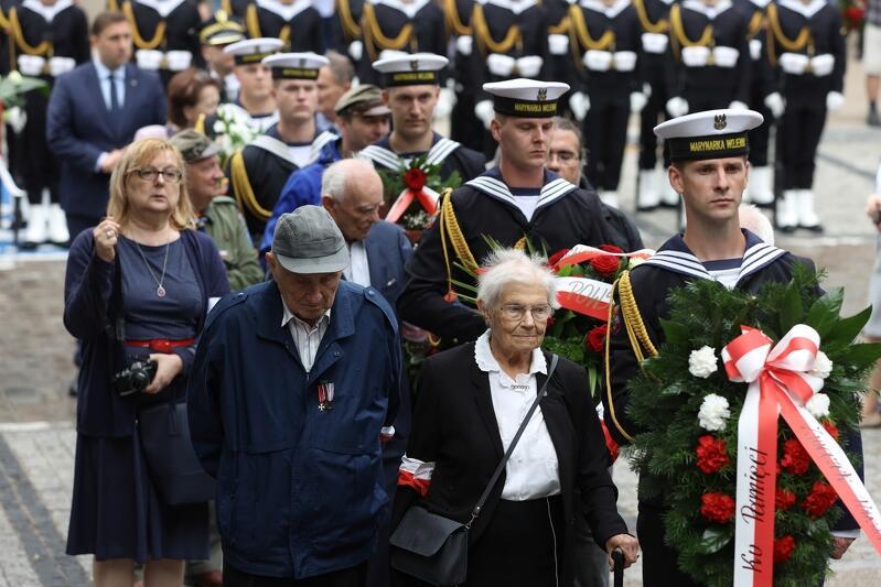 Składanie kwiatów u stóp gdańskiego obelisku upamiętniającego Polskie Państwo Podziemne w 77. rocznicę wybuchu Powstania Warszawskiego