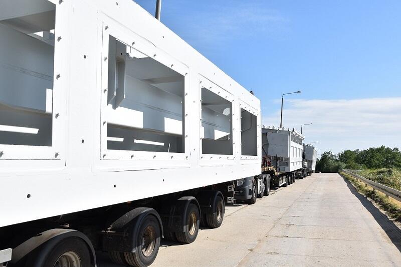 biały wielki stalowy element na ciężarówce