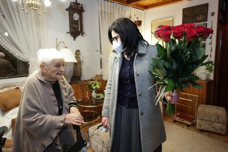 Bogusława Czosnowska w dniu swoich 95. urodzin, z prezydent Gdańska Aleksandrą Dulkiewicz (22 lutego 2021 roku)