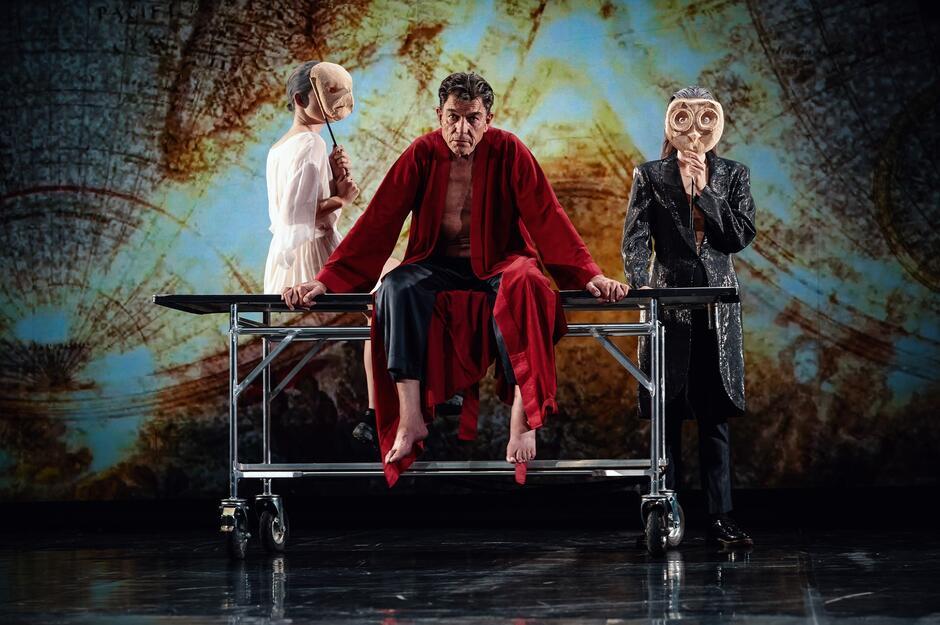 """""""Króla Leara"""", prezentowanego trzeciego dnia festiwalu, zrealizowała Anna Augustynowicz, reżyserka utytułowana i doświadczona, dla której dramaturgia Szekspira jest obok nowych, współczesnych tekstów najważniejszym materiałem do pracy scenicznej"""