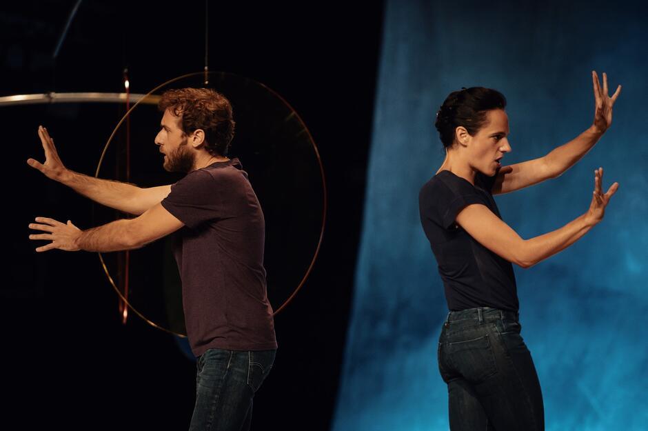 """W spektaklu """"Antoniusz i Kleopatra"""" Tiago Rodrigues, jeden z najbardziej fascynujących autorów i reżyserów współczesnego teatru, skupia się na relacjach i uczuciach, jakie łączą kochanków"""