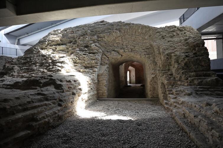 Fragmenty bastionu Wiebego znajdują się częściowo pomiędzy fundamentami nowej estakady, a także przy nowym parkingu kubaturowym