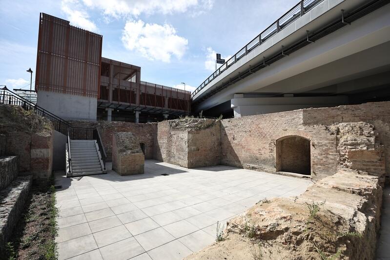 Niespodzianka archeologiczna, jaką było odkrycie fragmentów dawnych bastionów, wymusiło zmiany w dokumentacji projektowej nowego parkingu oraz sąsiedniej ulicy