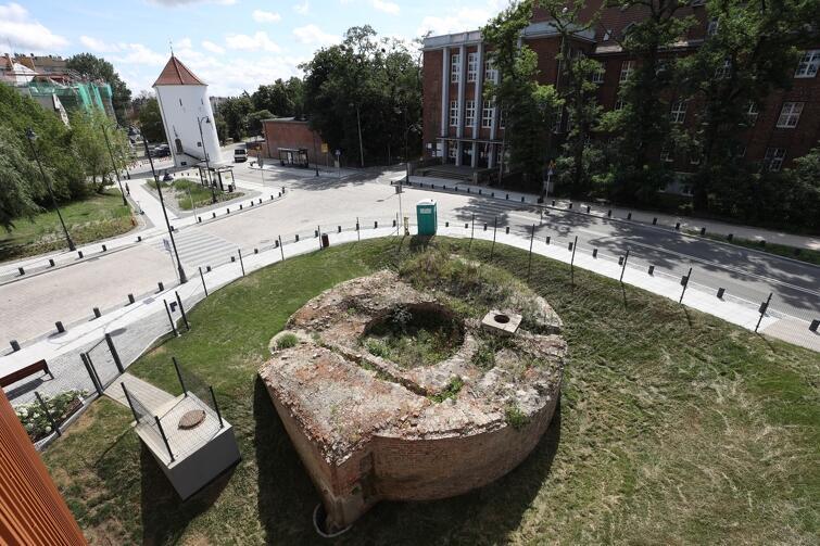 Fragmenty Baszty Nowej znajdują się u zbiegu ulic Okopowej i Augustyńskiego