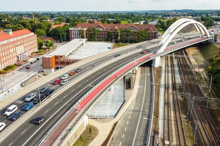 Pod koniec czerwca br. zakończyła się budowa, a pod koniec lipca procedura odbiorowa dużego projektu komunikacyjnego, w ramach którego powstała m.in. nowa estakada nad torami kolejowymi