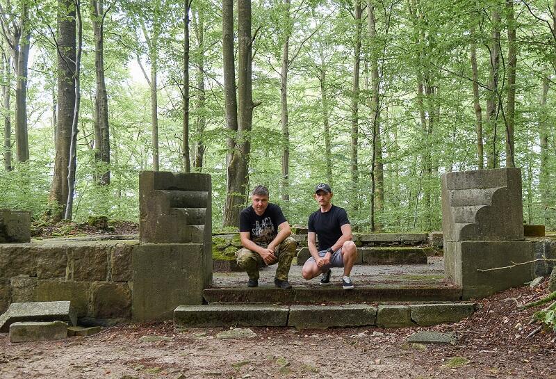 Marcin Tymiński i Michał Piotrowski na cmentarzu w Warcinie