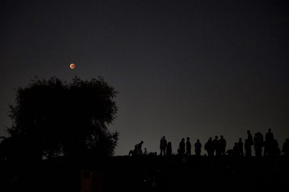Perseidy, zwane łzami świętego Wawrzyńca można oglądać od lipca do września, jednak apogeum tego zjawiska przypada na połowę sierpnia