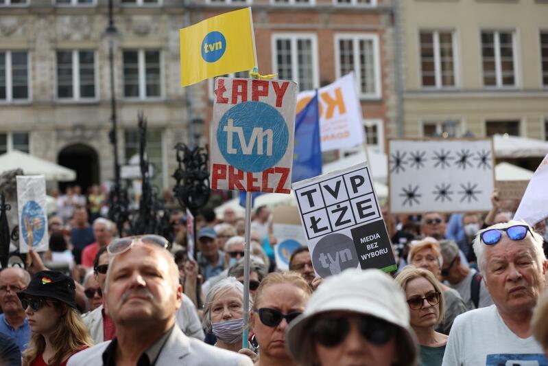 Manifestacja w obronie wolnych mediów odbyła się przy Fontannie Neptuna. Wzięło w niej udział kilkaset osób