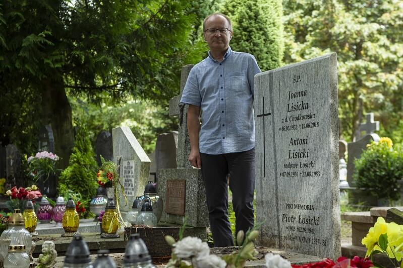 Maciej Lisicki przy rodzinnym grobie. Napis pro memoriam poświęcony jest dziadkowi, który zginął w łagrze. Nazwisko rodowe brzmiało wcześniej Łosicki