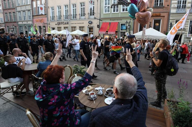 Mieszkańcy i turyści nie przechodzili obojętnie wobec manifestacji, której uczestnicy pojawili się także na ul. Długiej w Gdańsku