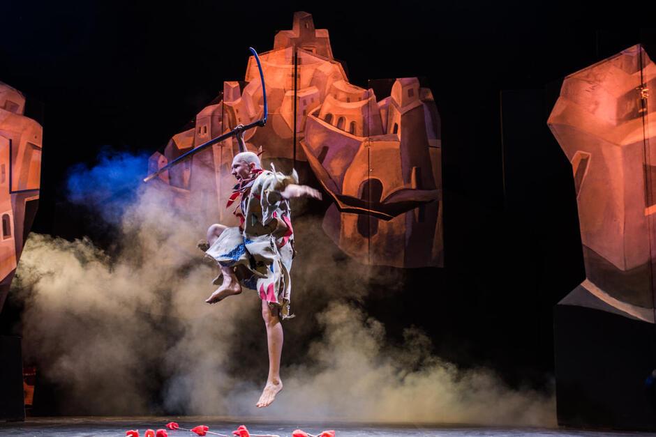 """Spektakl plenerowy """"Once…"""" w wykonaniu Teatru Warszawskiego Centrum Pantomimy. Będzie to wyjątkowe wydarzenie - 25 lat temu podczas pierwszej edycji festiwalu odbywającej się na Zaspie oraz w Brzeźnie, Teatr Derevo zaprezentował właśnie ten spektakl"""
