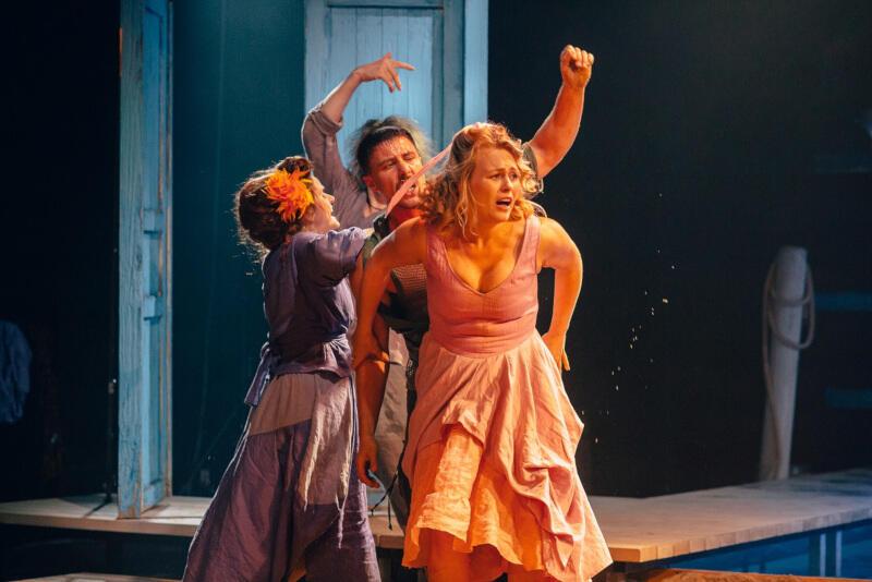 """""""Awantura w Chioggi"""" w reżyserii Pawła Aignera to najnowsza propozycja Teatru Wybrzeże. W jednej z głównych ról możemy zobaczyć Agatę Bykowską"""