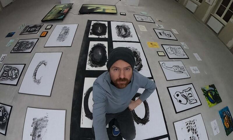 Autor Stefan Kornacki i jego prace, podczas wystawy w Stoczni Gdańskiej