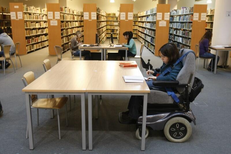 Można otrzymać dopłatę do zakupu niezbędnych materiałów edukacyjnych oraz narzędzi dydaktycznych, a także dofinansowanie kosztu czesnego lub przejazdów na zajęcia
