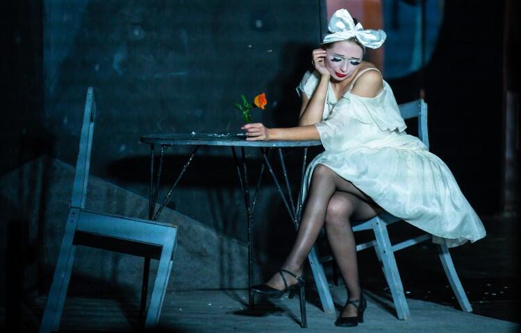 Na scenie piękna i gotowa na wszystko dziewczyna