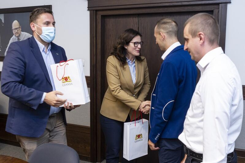 Prezydent Aleksandra Dulkiewicz, wraz ze swoim zastępcą odpowiedzialnym za miejski transport, Piotrem Borawskim, spotkali się 23 sierpnia z bohaterskimi kierowcami