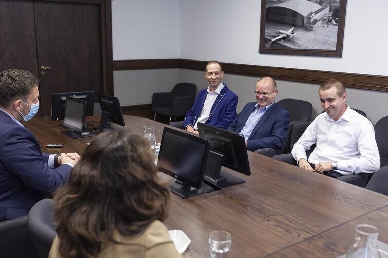 W poniedziałkowym spotkaniu w Urzędzie Miejskim uczestniczył też Maciej Lisicki, prezes Gdańskich Autobusów i Tramwajów. Poza przykrym zdarzeniem, do którego doszło przed kilkoma tygodniami, rozmawiano również o aktualnej sytuacji kadrowej w spółce, a także defibrylatorach montowanych w pojazdach komunikacji miejskiej