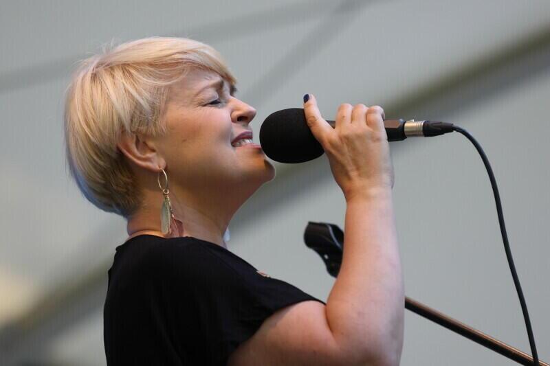 """Krystyna Stańko to jedna z najwybitniejszych wokalistek jazzowych w Polsce. Jest laureatką wielu nagród, w tym medalu Gloria Artis. Będzie jedną z gwiazd specjalnego Koncertu """"Dziękujemy!"""", organizowanego dla ochrony zdrowia, w sobotę, 28 sierpnia w Filharmonii Bałtyckiej"""