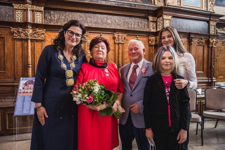 Państwo Dżenet i Aleksander Milkamanowicz świętowali jubileusz m.in. w towarzystwie wnuczek. Na zdjęciu z prezydent Aleksandrą Dulkiewicz